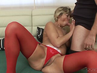 Fucking betwixt a younger lover and mature amateur Erika. HD